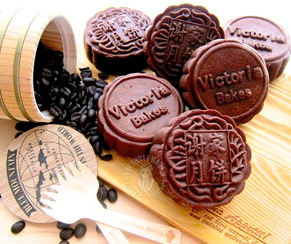 chocolate mooncake with homemade coffee custard 巧克力月饼配自制咖啡卡仕达馅 ღゝ◡╹)ノ♡