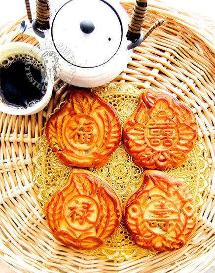 single yolk lotus paste mooncake 单黄莲蓉月饼 ♡(˃͈ દ ˂͈ ༶ )